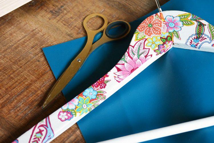 Ideas para decorar perchas con papel